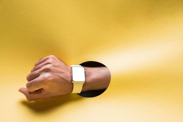 Smartwach vue de face sur la main de la personne Photo gratuit
