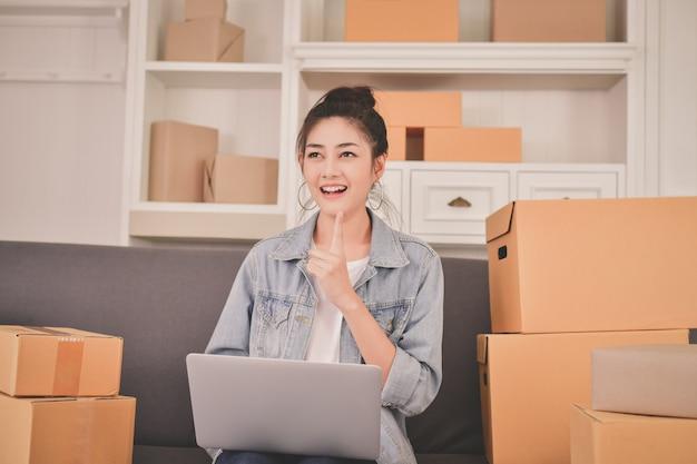 Sme concept commercial. les jeunes propriétaires emballent leurs paquets. Photo Premium