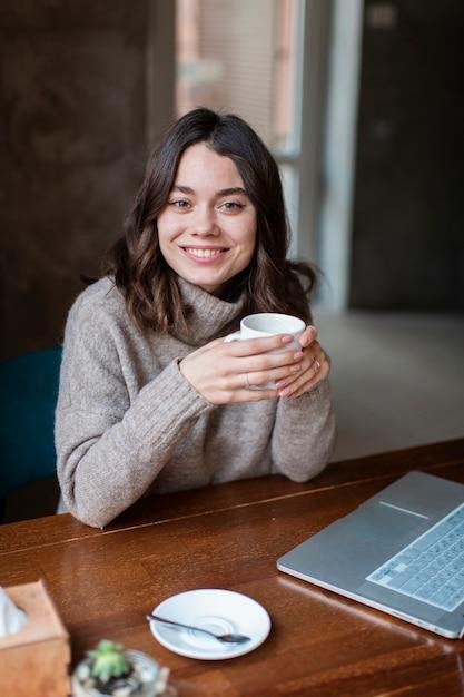 Smiley café propriétaire travaillant Photo gratuit