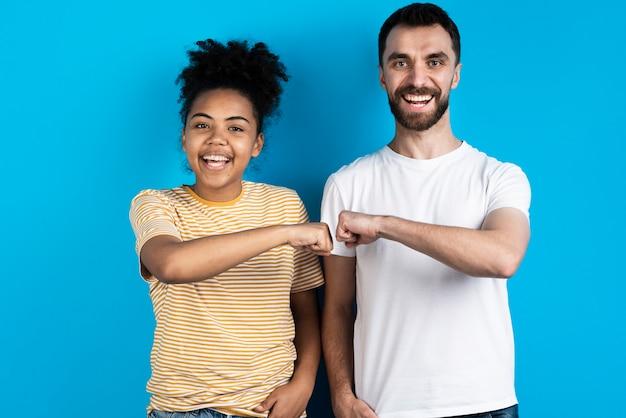 Smiley Couple Posant Et Poing Cogner Photo gratuit