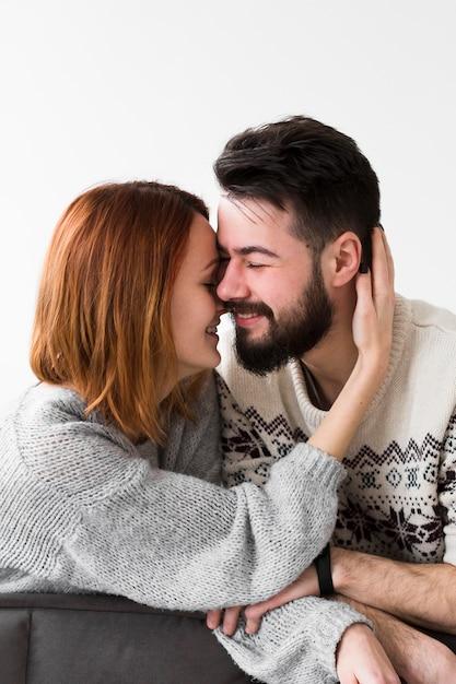 Smiley Couple S'appuyant Sur Le Canapé Photo gratuit
