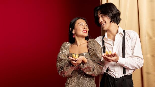Smiley Couple Se Regardant Pour La Nouvelle Année Chinoise Photo gratuit