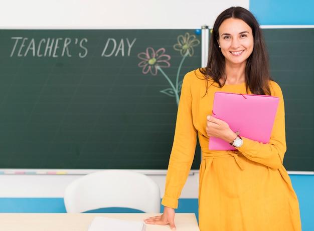 Smiley Enseignant Posant En Classe Avec Espace Copie Photo gratuit