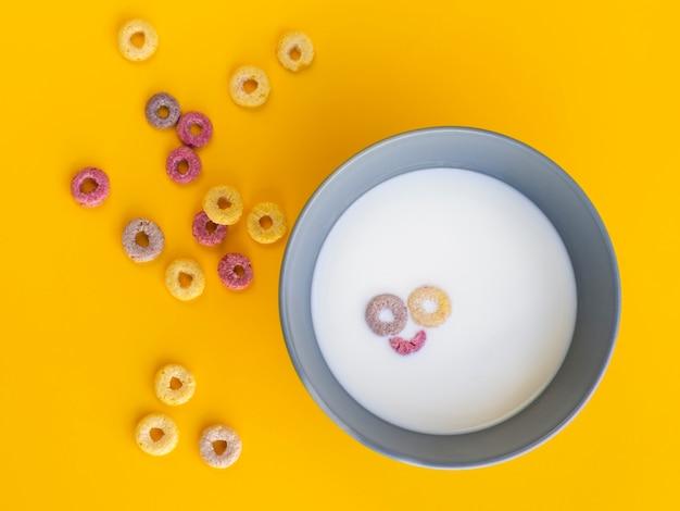 Smiley face dans un bol à base de céréales Photo gratuit