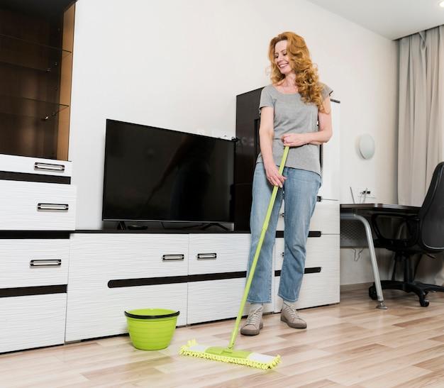 Smiley Femme épongeant Les Planchers Photo Premium
