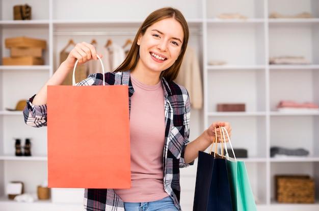 Smiley femme étant satisfaite des produits achetés Photo gratuit