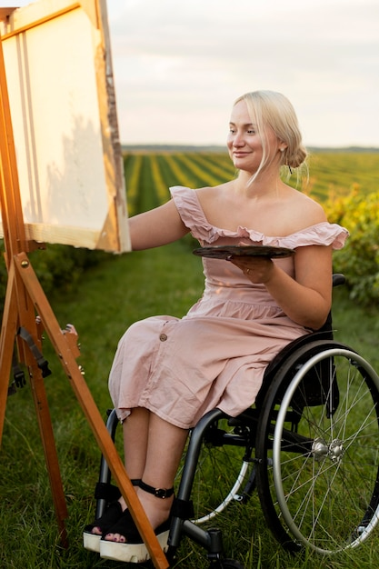Smiley Femme En Fauteuil Roulant Peinture à L'extérieur Photo gratuit