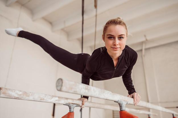 Smiley Femme Formation Pour Le Championnat De Gymnastique Photo gratuit