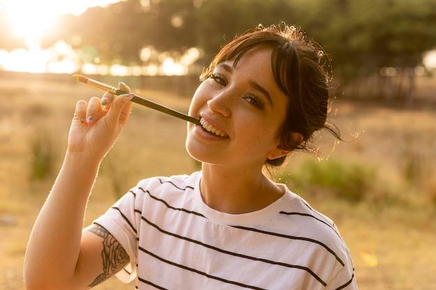 Smiley Femme Avec Pinceau Dans Sa Bouche Photo gratuit