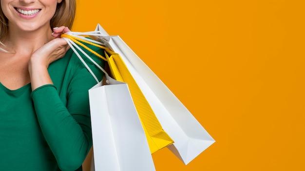 Smiley Femme Portant De Nombreux Sacs à Provisions Photo Premium
