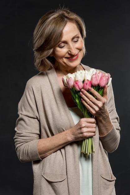 Smiley Femme Tenant Un Bouquet De Fleurs Photo gratuit