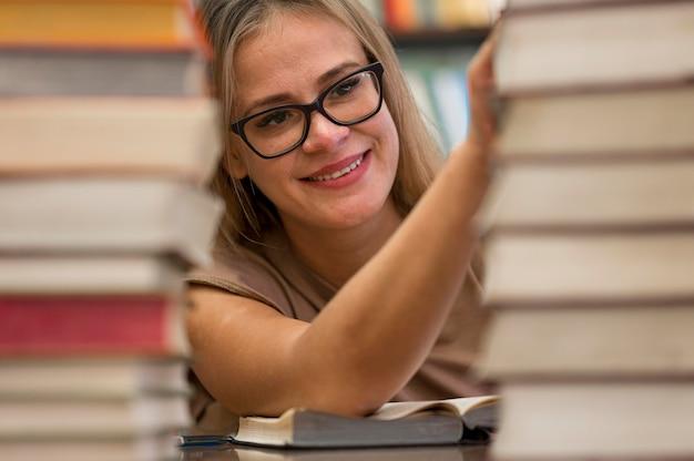 Smiley Femme Touchant Des Livres Photo gratuit