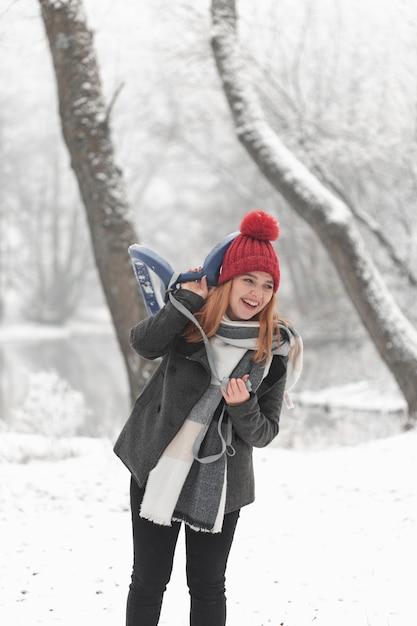 Smiley Femme Et Traîneau Paysage D'hiver Photo gratuit