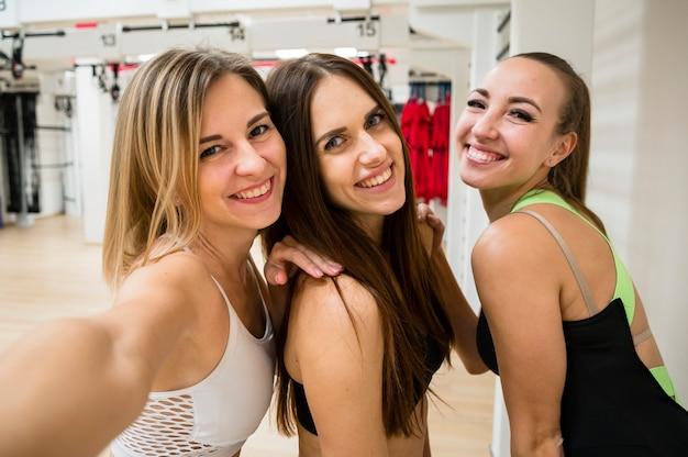 Smiley femmes ensemble au gymnase Photo gratuit