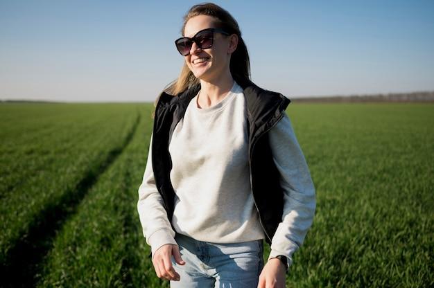 Smiley Girl In The Field Portant Des Lunettes De Soleil Photo gratuit