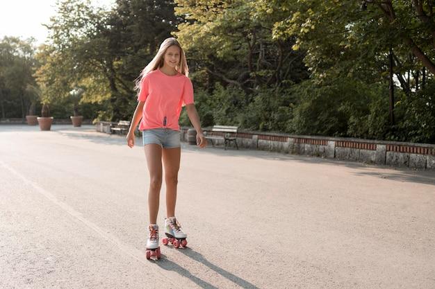 Smiley Girl Portant Des Patins à Roulettes Photo gratuit