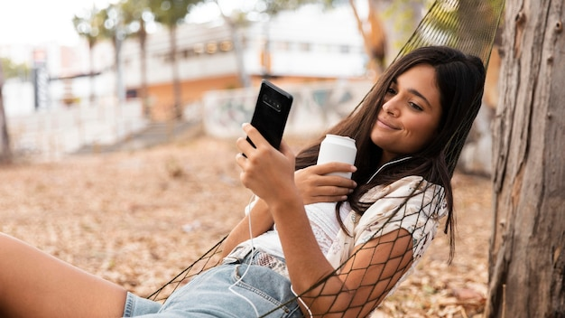 Smiley Girl Pose Dans Un Hamac Photo Premium