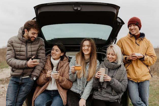Smiley Groupe D'amis Sur Le Road Trip Photo gratuit