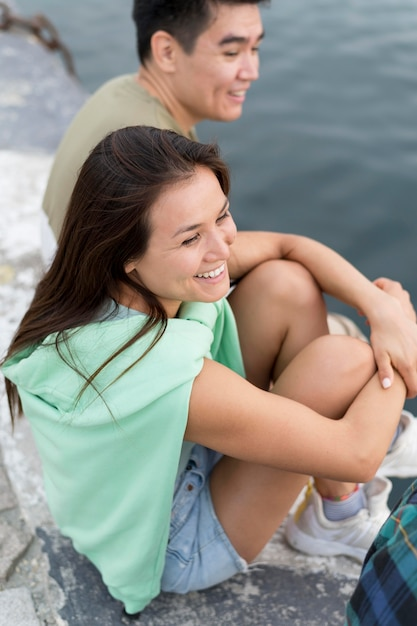 Smiley Homme Et Femme à L'extérieur Au Bord Du Lac Photo gratuit
