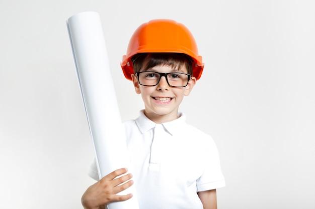 Smiley jeune enfant avec des lunettes et un casque Photo gratuit