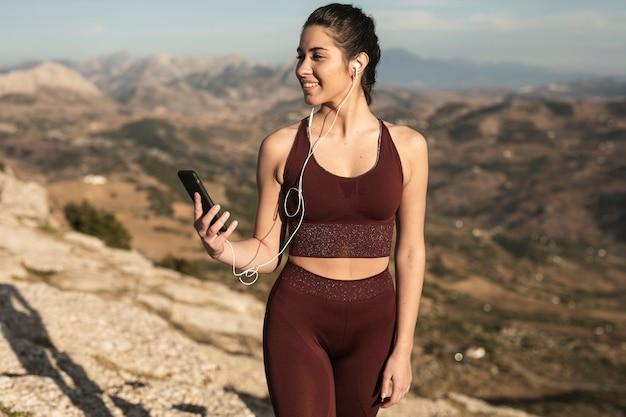 Smiley jeune femme en vêtements de sport Photo gratuit