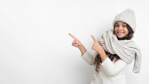 Smiley jeune fille avec bonnet et écharpe Photo gratuit