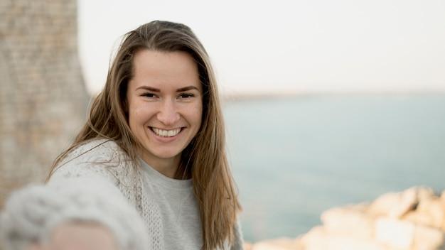 Smiley Jeune Fille Prenant Un Selfie Photo gratuit