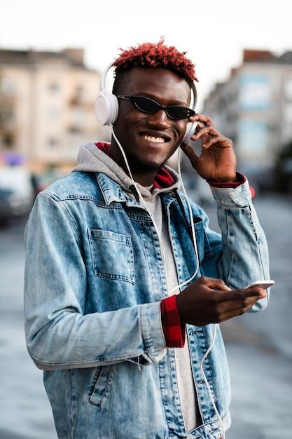 Smiley Jeune Mâle Sur La Maquette De La Rue Photo gratuit