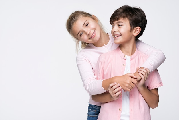Smiley Sister Hugging Brother With Copy-space Photo gratuit