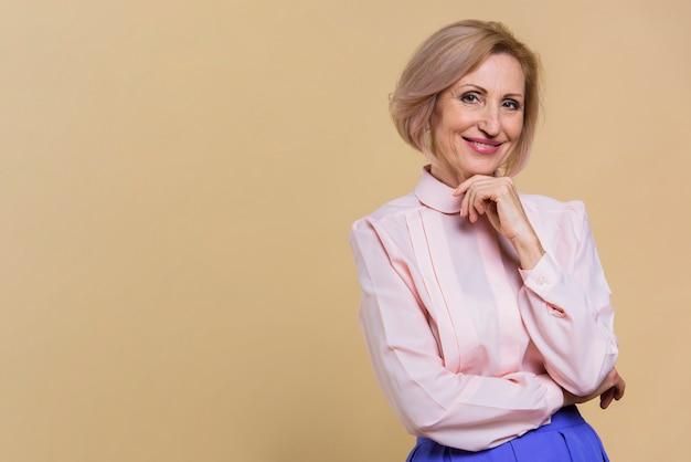 Smiley vieille femme regardant la caméra Photo gratuit