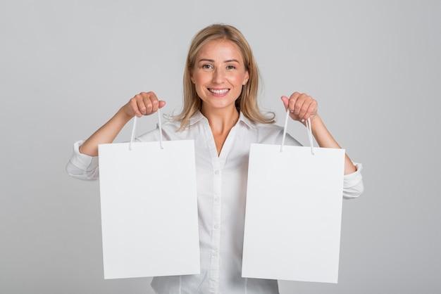 Smiley Woman Holding Shopping Bag Dans Chaque Main Photo Premium