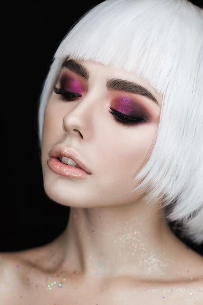 Smoky eyes maquillage belle jeune femme blonde avec volume coiffure. Photo gratuit