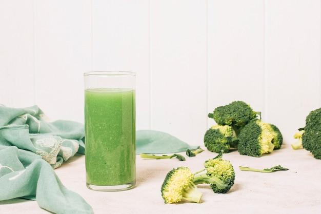 Smoothie au brocoli à côté d'une serviette bleue Photo gratuit
