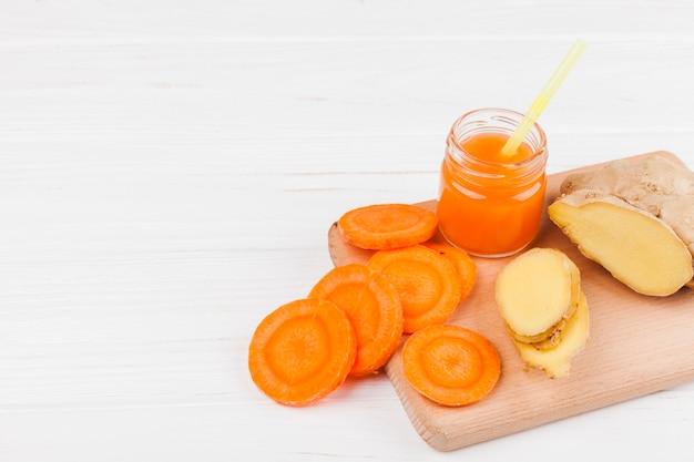 Smoothie brillant de carottes et de gingembre Photo gratuit