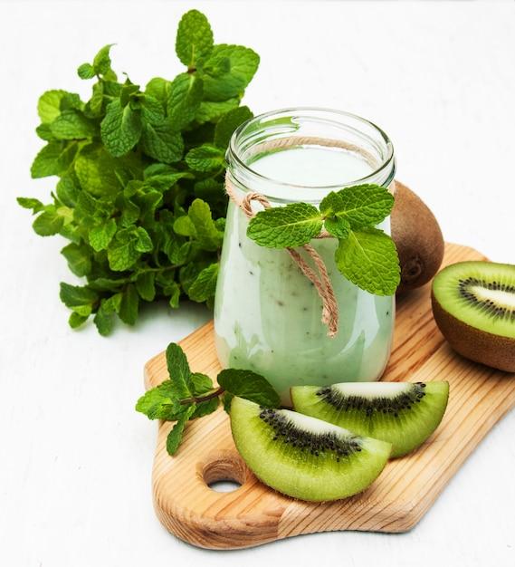 Smoothie kiwi en verre Photo Premium