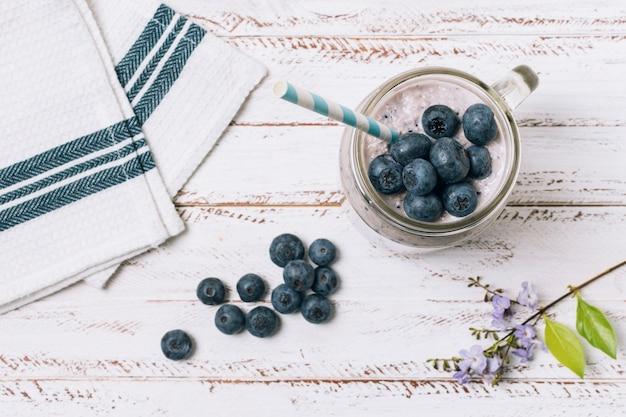 Smoothie plat aux bleuets à côté du tissu Photo gratuit