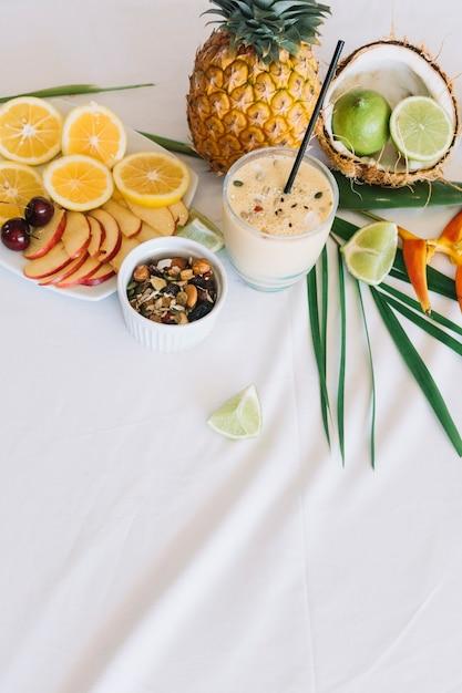 Smoothie Sain; Fruits Et Fruits Secs Sur Nappe Photo gratuit