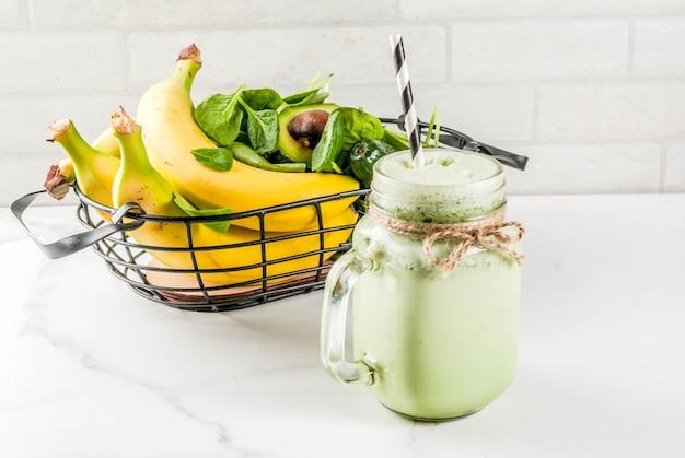 Smoothie santé à la banane et aux jeunes épinards Photo Premium