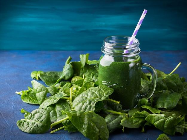 Smoothie spiruline aux épinards verts dans un bocal Photo Premium