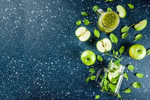 Smoothie Vert Aux épinards Et Aux Pommes Photo Premium