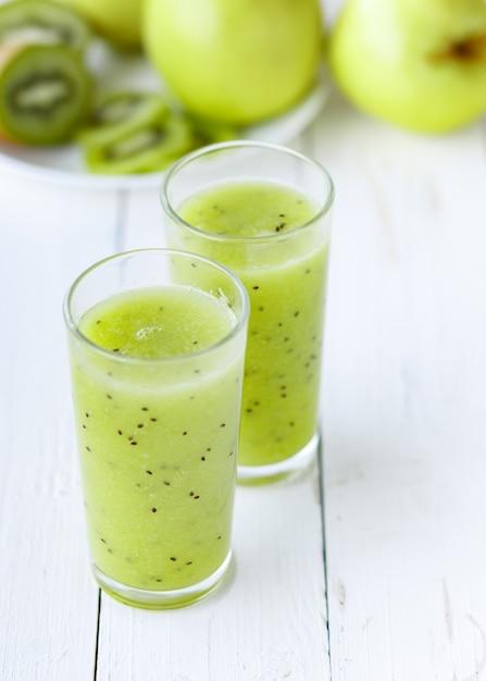 Smoothie Vert En Bonne Santé, Pomme Et Kiwi Sur Tableau Blanc Photo Premium