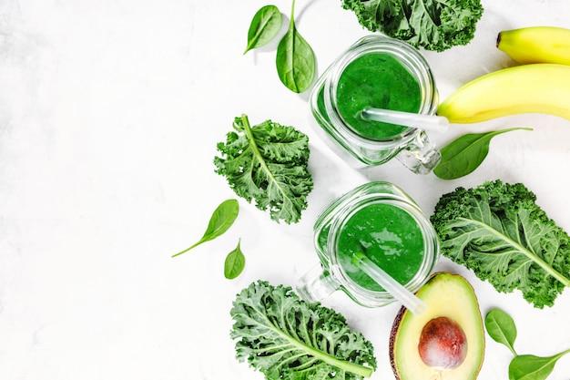 Smoothie vert fraîchement préparé en bouteille Photo gratuit