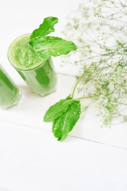 Smoothie Vert Mélangé Avec Des Ingrédients Ou Un Cocktail Sur Blanc Photo Premium