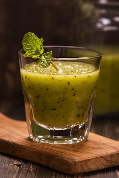 Smoothie Vert Rafraîchissant Avec Kiwi, Concombre Et Pomme. Image Tonique Photo Premium