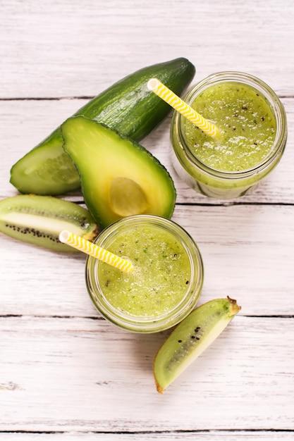 Smoothie Vert Rafraîchissant Avec Kiwi, Concombre Et Pommes Photo Premium