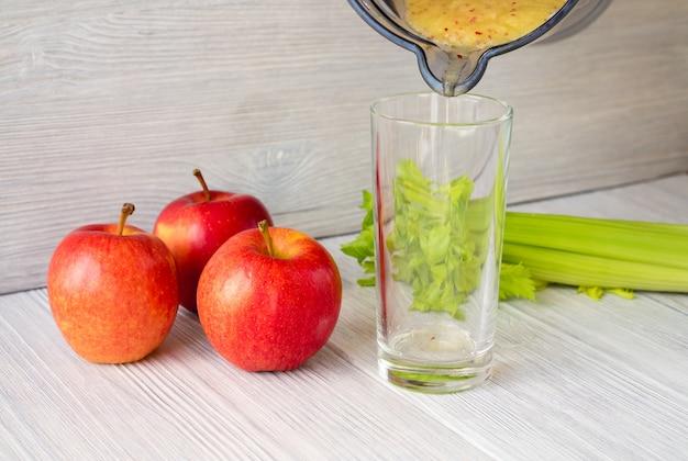 Smoothies à base de pommes et de céleri versé dans un verre Photo Premium