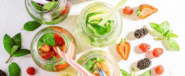 Smoothies détox de fruits et légumes frais dans des pots en verre avec des tubes Photo Premium