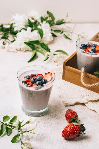 Smoothies rafraîchissants à la fraise et à la myrtille Photo gratuit