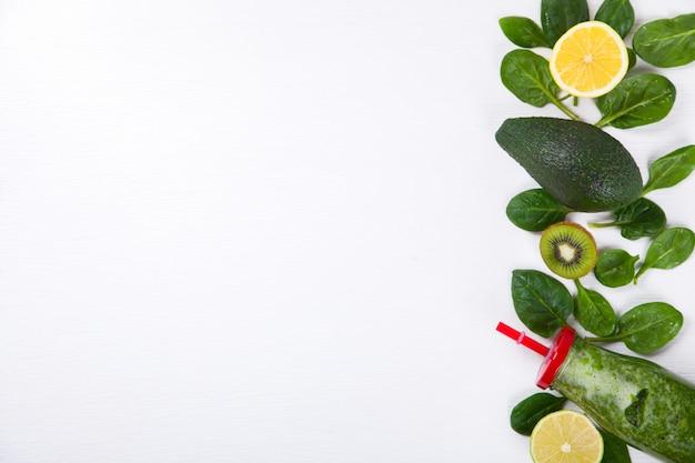Smoothies Vert. Boisson Rafraîchissante En été. Photo Premium