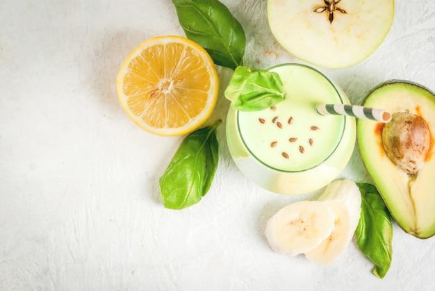 Smoothies Verts à Base De Yaourt, Avocat, Banane, Pomme, épinard Et Citron Photo Premium